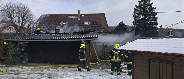 Schuppenbrand zwischen zwei Wohnhäusern